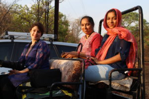 Nina och delar av Srushtidnyans team, Sangeeta Kharat med dottern Sanika.