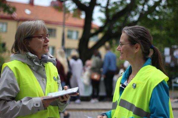 Två personer i gula Klimataktion-västar